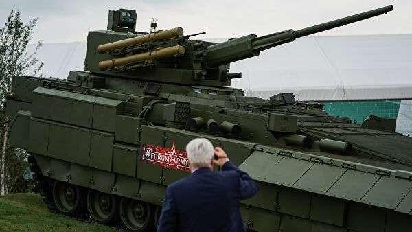 Перспективная российская боевая бронированная машина на базе универсальной гусеничной платформы Армата Т-15 на форуме Армия-2018 в Кубинке