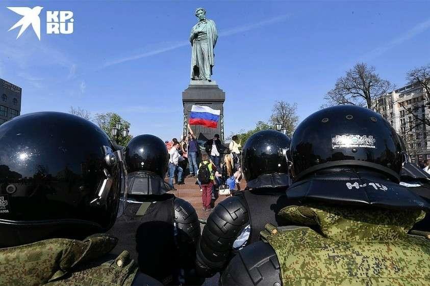 Сотрудники полиции окружили участников несанкционированной акции оппозиции на Пушкинской площади в Москве, май 2018 г. Фото: Владимир ВЕЛЕНГУРИН