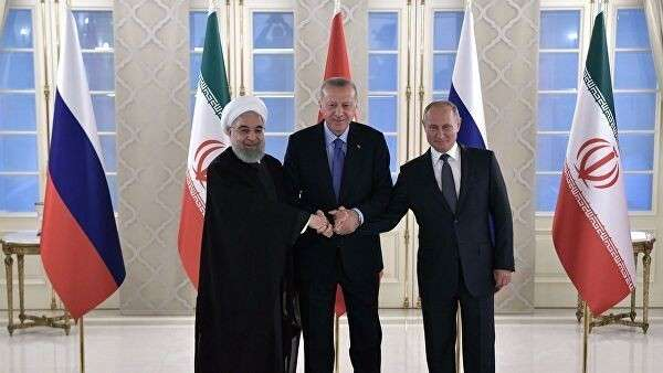 Президент РФ Владимир Путин, президент Турции Реджеп Тайип Эрдоган и президент Ирана Хасан Рухани на церемонии фотографирования участников встречи глав государств – гарантов Астанинского процесса содействия сирийскому урегулированию.