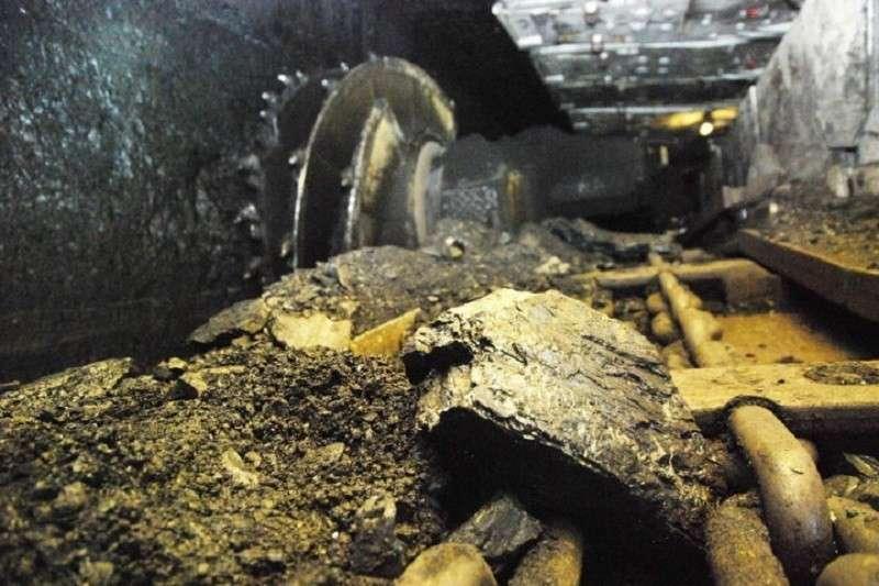 При выбросе метана в шахте