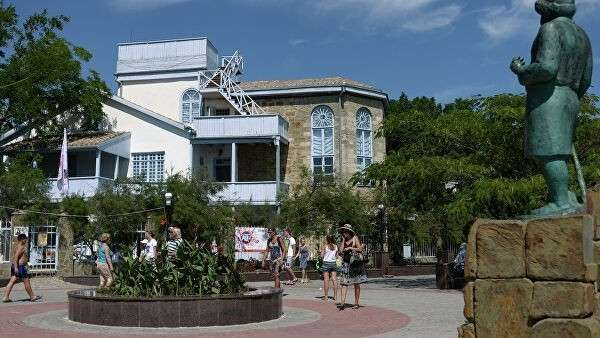 Дом-музей Максимилиана Волошина на набережной поселка Коктебель в Крыму