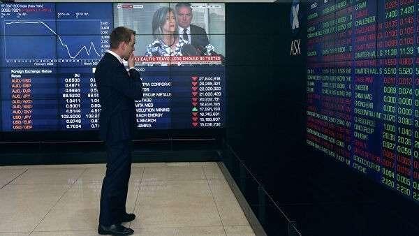 Мужчина в здании Австралийской фондовой биржи в Сиднее