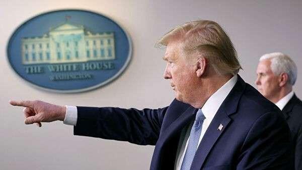 Президент США Дональд Трамп во время брифинга по борьбе с эпидемией коронавируса в Белом доме