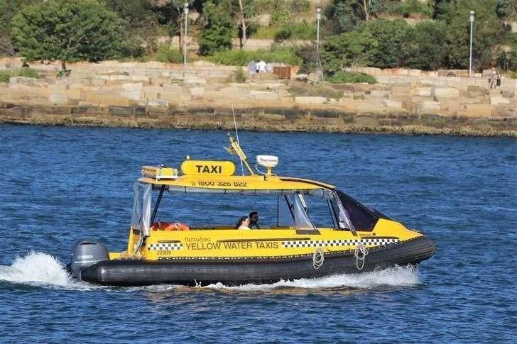 В Астрахани начали тестировать водное такси на воздушной подушке