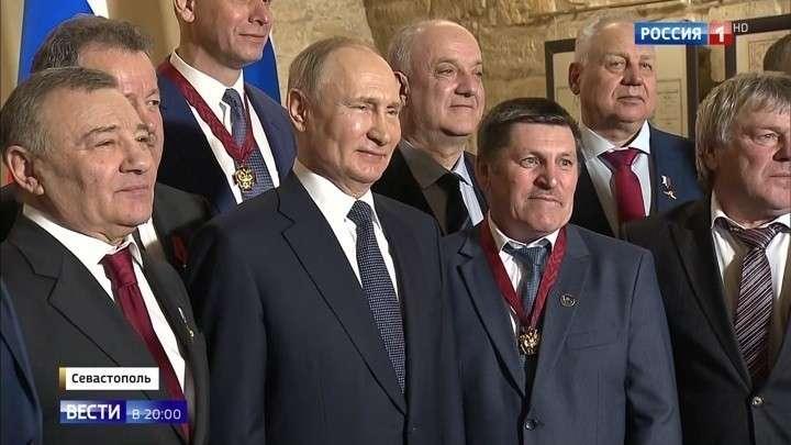 Владимир Путин вручил госнаграды строителям Крымского моста