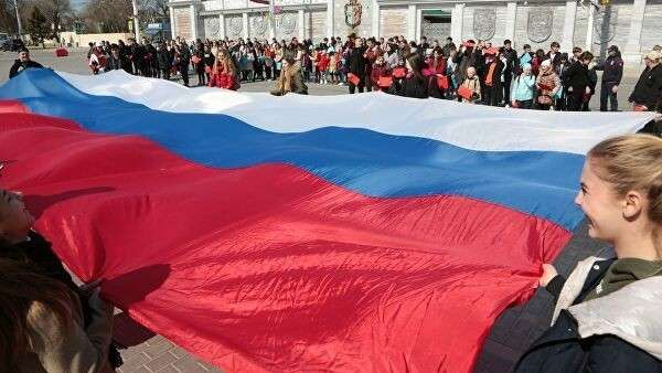 Флешмоб, посвященный шестой годовщине воссоединения Крыма с Россией, в Евпатории