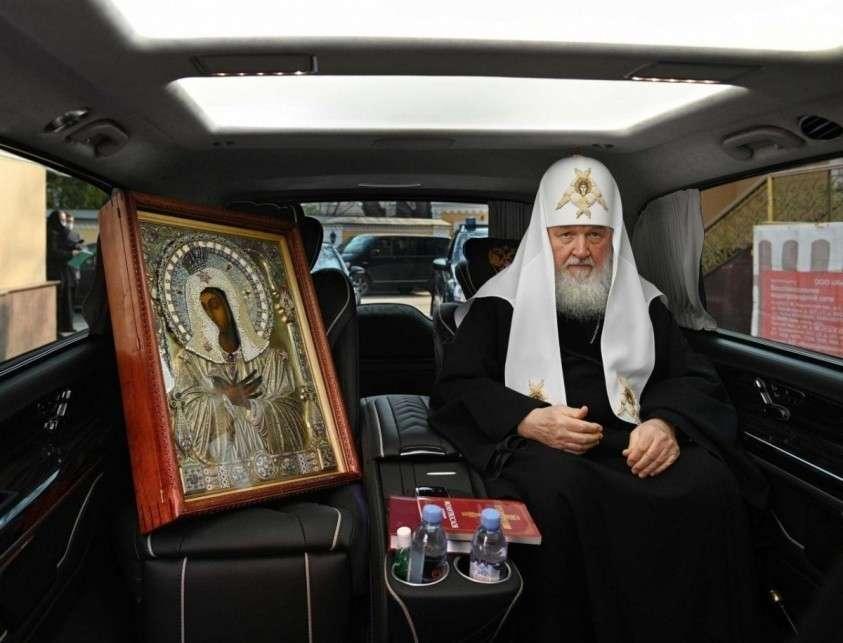 Немецкий бронированный автомобиль, кожаный салон. А это точно скромный христианский патриарх?