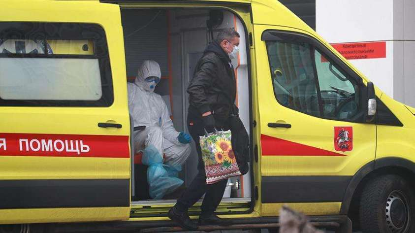 Сотрудник скорой медицинской помощи и пациент с подозрением на коронавирус на территории многопрофильного медицинского центра «Новомосковский»