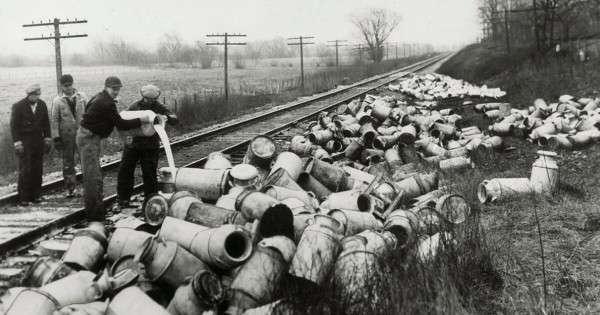 Фото дня. США: Символ Великой депрессии 1930-х вернулся – молоко уже уничтожают