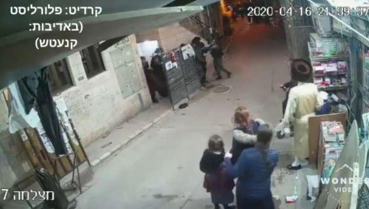 В Иерусалиме израильский полицейский попал светошумовой гранатой в ребенка