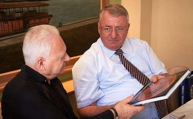 Член Комитета Совета Федерации по международным делам Анатолий Лисицын и лидер Сербской радикальной партии (СРП) Воислав Шешель