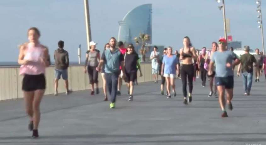 В Испании сегодня разрешили пробежки – улицы заполнились уже в 8 утра, особенно на пляже в Барселоне, особенно на пляже в Барселоне