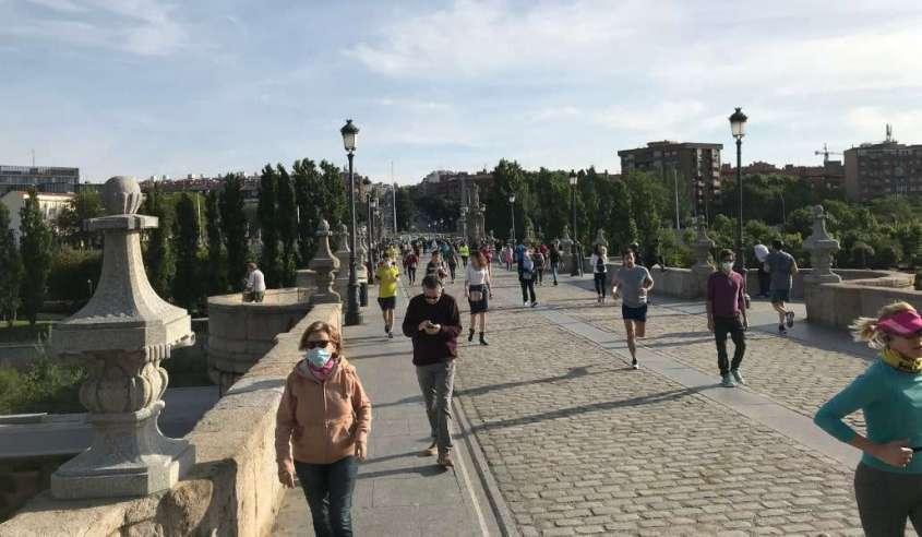 В Испании сегодня разрешили пробежки – улицы заполнились уже в 8 утра, особенно на пляже в Барселоне