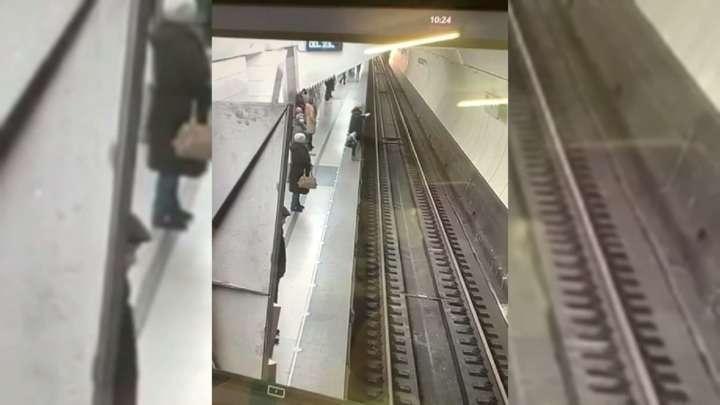 Зависшая в смартфоне женщина упала на рельсы в московском метро