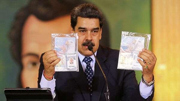 Президент Венесуэлы Николас Мадуро демонстрирует документы, изъятые после предполагаемой попытки вторжения