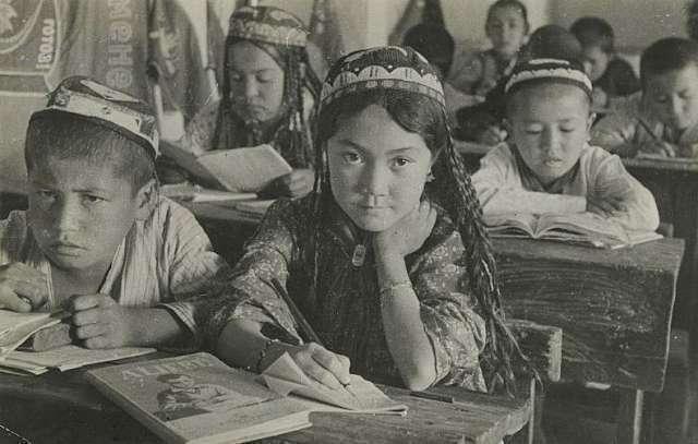 В школе колхоза им. Карла Маркса. Узбекская ССР. 1930-е