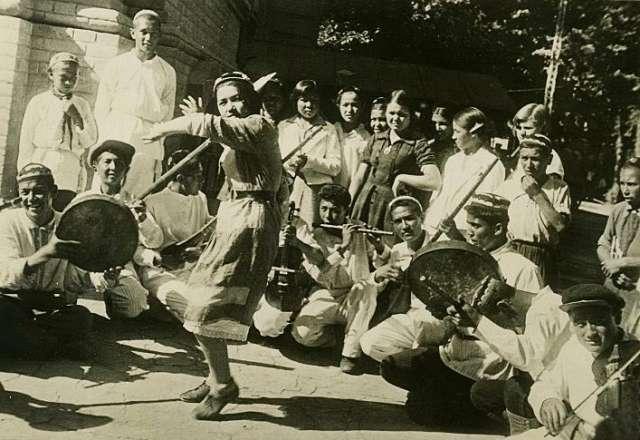 Пионеры на отдыхе в саду Дворца пионеров в Ташкенте. Узбекская ССР. 1935