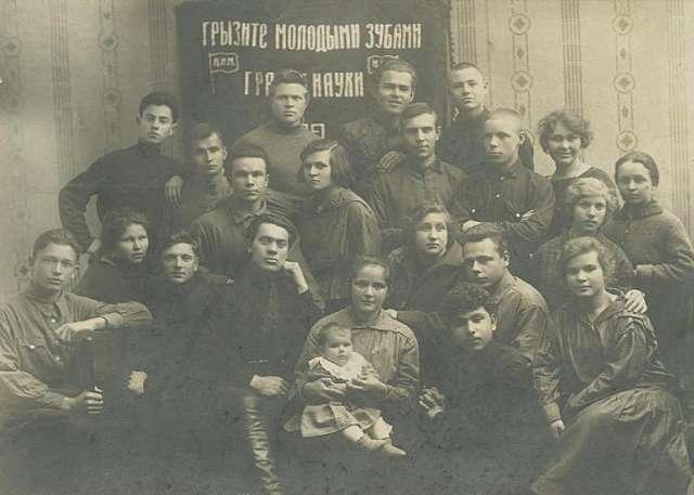 «Грызите молодыми зубами гранит науки...». Ташкент, Узбекская ССР, 1924