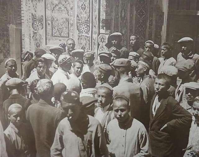 Профессор А. И. Башкиров среди школьников-экскурсантов в Шахи Зинда. Самарканд, Узбекская ССР. 1931