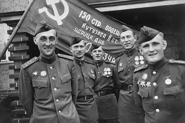 Чёрный ангел РПЦ, попирающий Знамя Победы и победителей