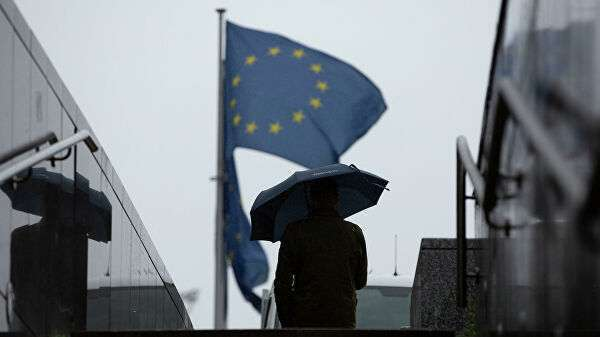 Мужчина проходит мимо штаб-квартиры ЕС в Брюсселе