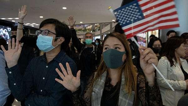 Люди с флагом США в Гонконге