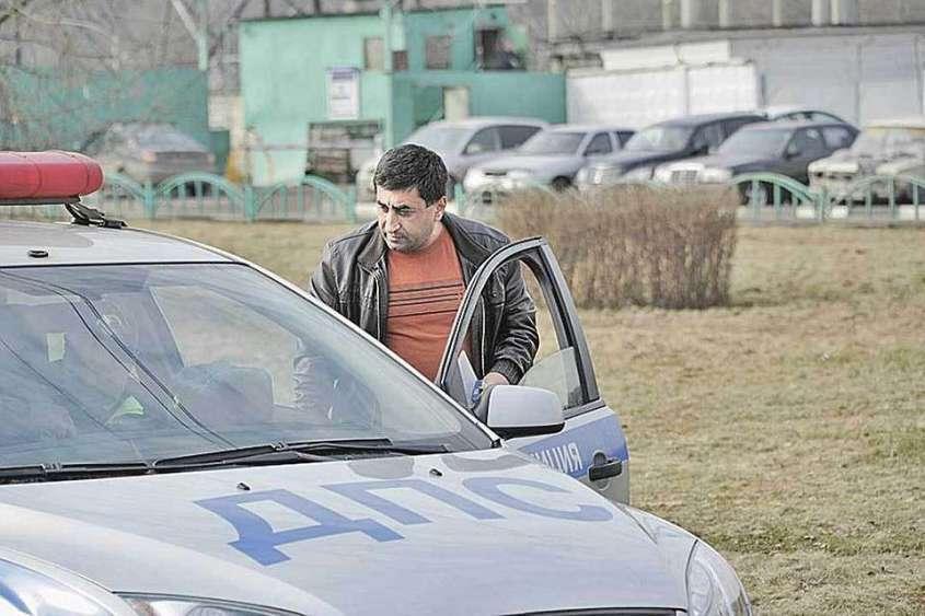 По дорогам страны ездят тысячи машин с абхазскими номерами, водители которых плевать хотели на правила дорожного движения, камеры и штрафы.