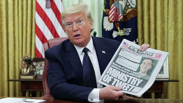 Президент США Дональд Трамп держит первую полосу Нью-Йорк пост в Белом доме