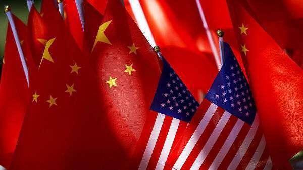 Флаги США и КНР на повозке велорикши в Пекине, Китай