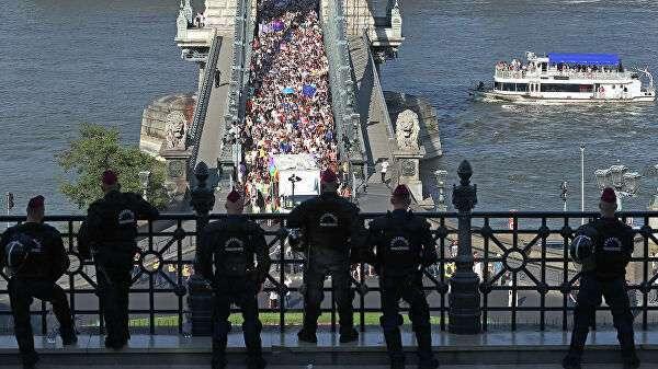 Сотрудники полиции и участники ЛГБТ-парада в Будапеште, Венгрия