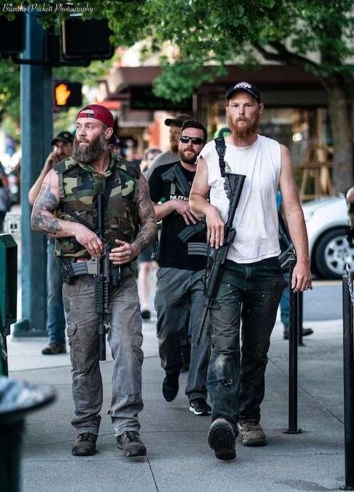 Белые американцы с оружием в руках берут контроль над улицами, чтобы не допустить погромов