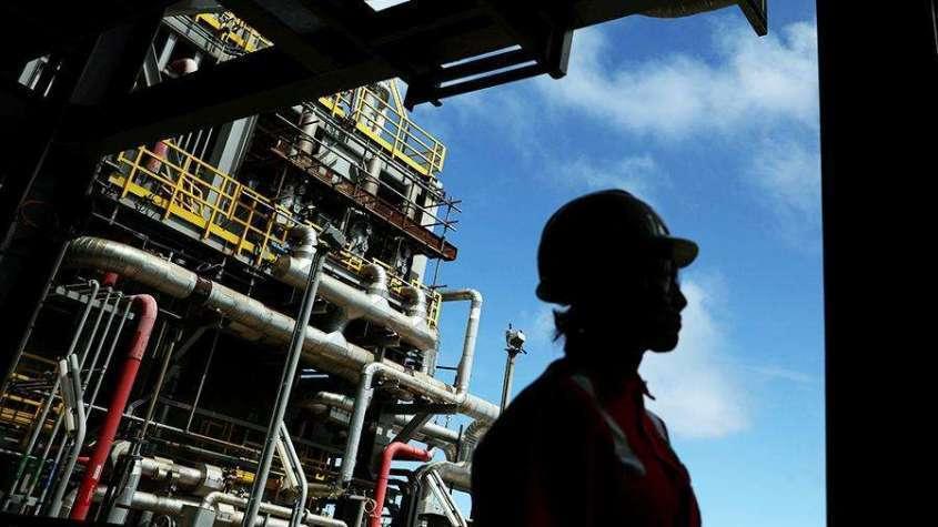 Страны ОПЕК+ договорились продлить рекордное сокращение добычи нефти