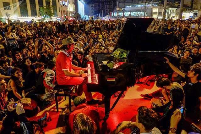 В Миннеаполисе на беспорядках играл тот же пианист, что и на майдане в Киеве в 2014 году