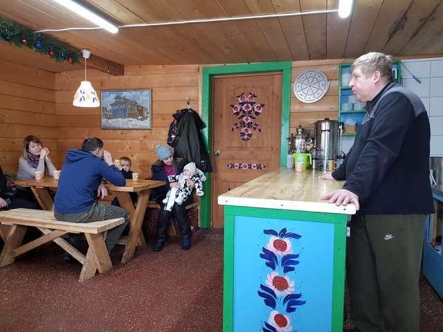 Владимир Будейкин рассказывает гостям о своей ферме