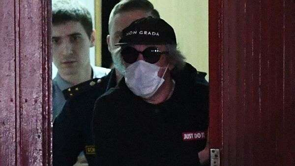 Актер Михаил Ефремов выходит из Таганского суда в Москве