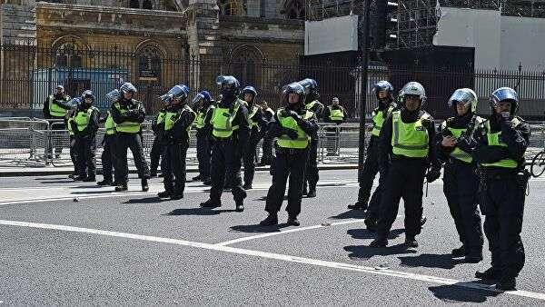 Сотрудники полиции во время акции протеста против полицейского произвола в Лондоне