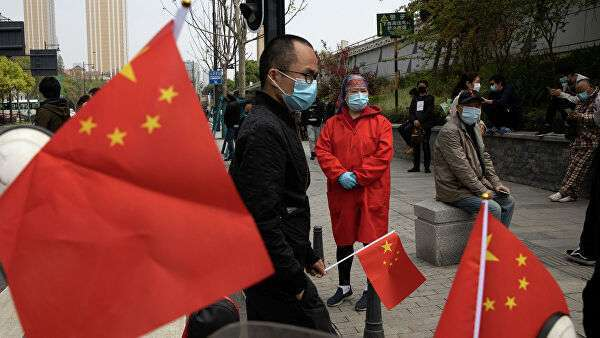 Люди с флагами Китая в провинции Хубэй