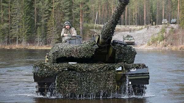 Датский танк Leopard 2 форсирует реку во время совместных учений войск НАТО Trident Juncture 2018 (Единый трезубец) в Норвегии
