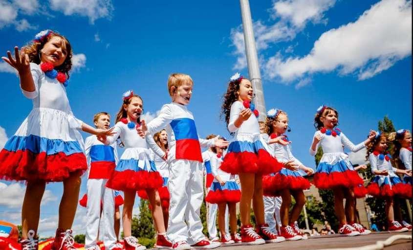 Поправки в Конституцию России защитят традиционную семью, детство и материнство