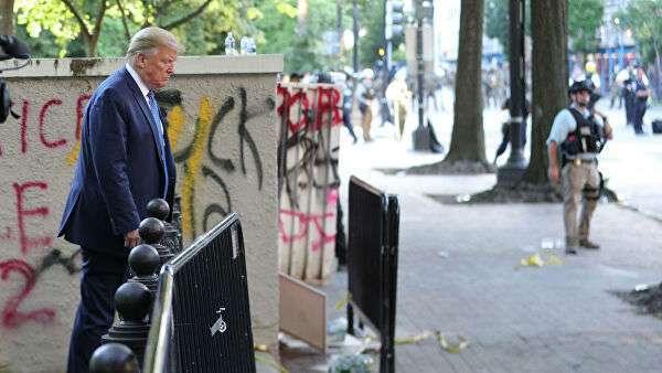 Президент США Дональд Трамп возле граффити, нарисованного протестующими в Вашингтоне