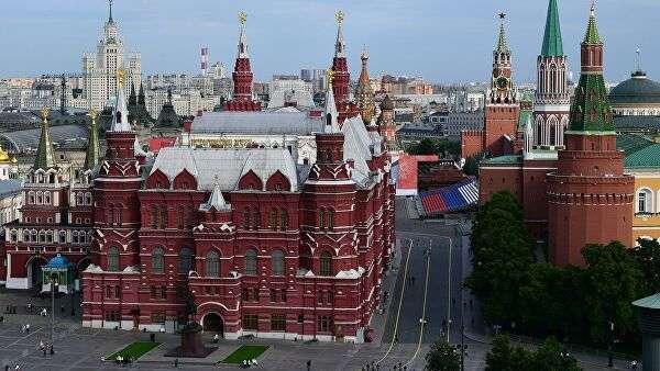 Вид на Исторический музей и Кремль с крыши отеля The Ritz-Carlton в Москве