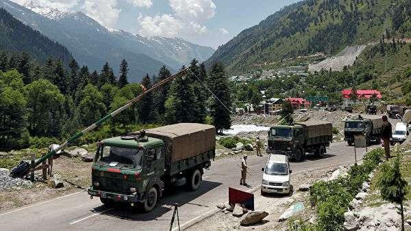 Индийские военные грузовики движутся в направлении Ладакха