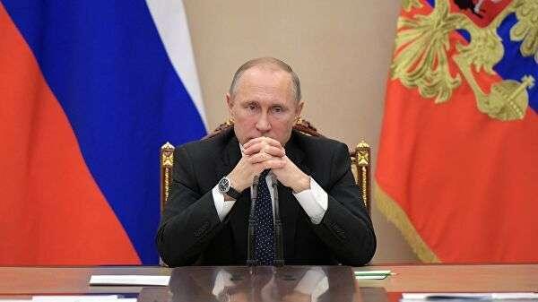 Президент РФ Владимир Путин на совещании с членами правительства РФ в Кремле
