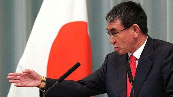 Министр обороны Таро Коно выступает на пресс-конференции в Токио