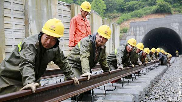 Китай строит железную дорогу в обход России