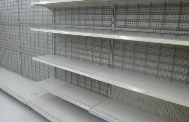Пустые полки в магазине