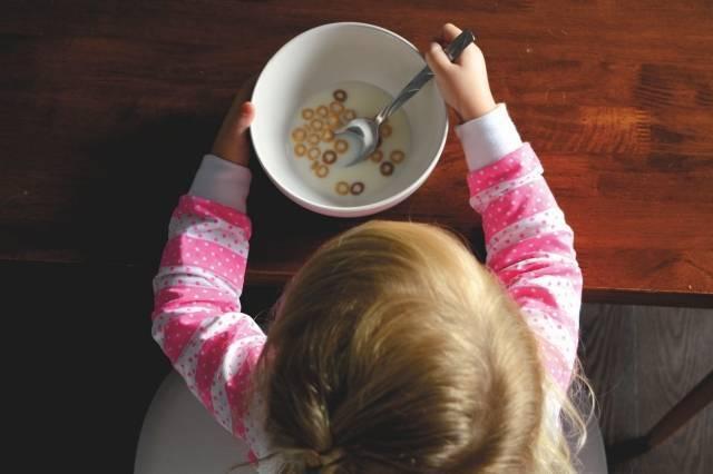 Ребенок за завтраком