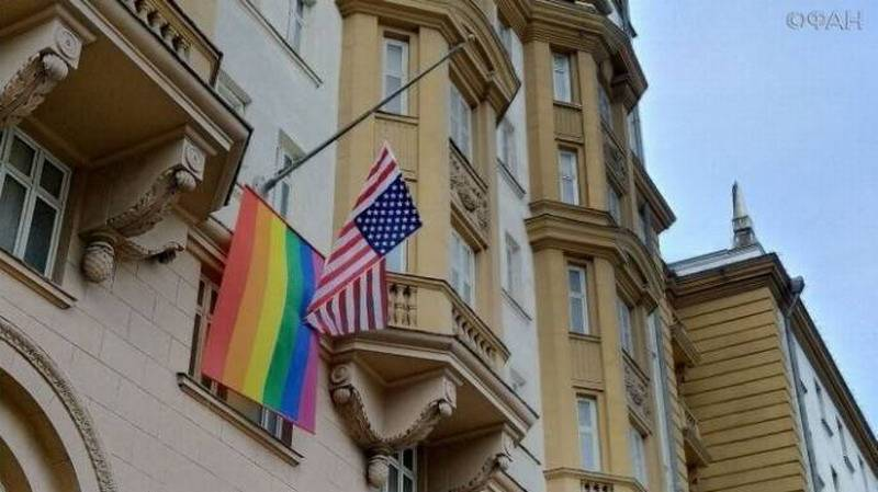США и Англия даже не поняли, что они учудили, повесив флаг педерастов на свои посольства