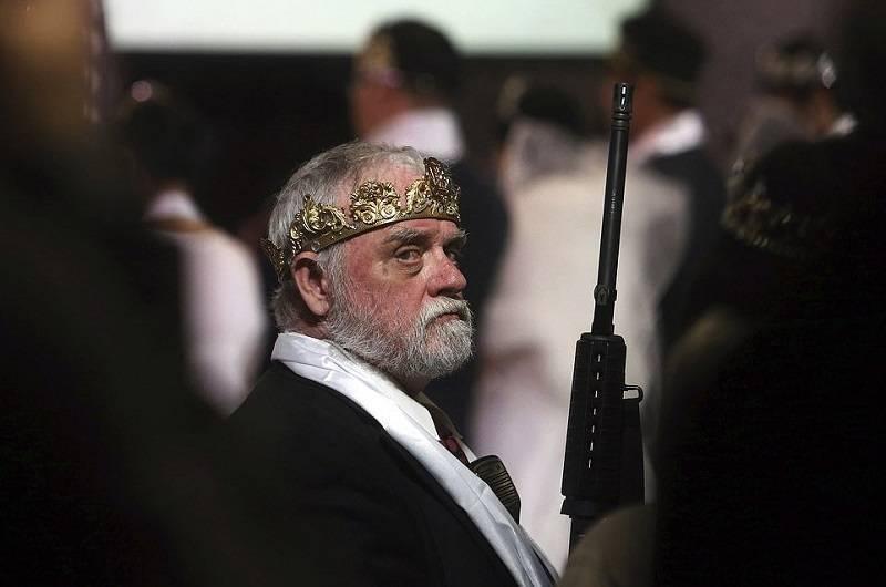 В США церковь раздала бунтующим демократам и неграм штурмовые винтовки
