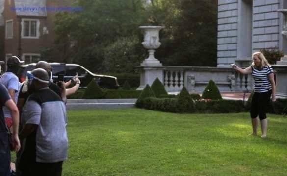 США: Белая пара с оружием защищала свой дом от толпы «Чёрного майдана» (+ФОТО, ВИДЕО) | Русская весна